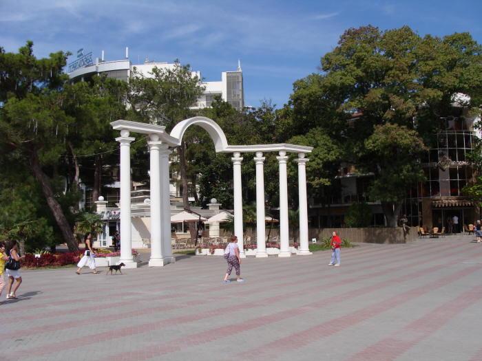 Арка на Лермонтовском бульваре в Геленджике