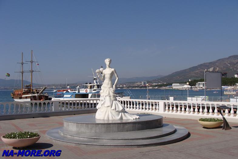 Памятник Белая невесточка в Геленджике