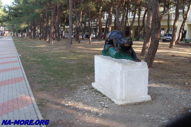 Скульптура пантеры на набережной в Геленджике