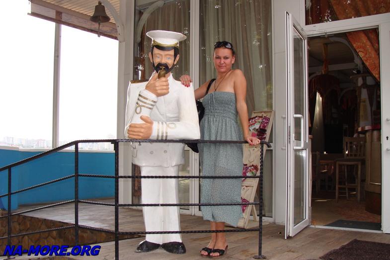 Капитан у входа в ресторан в Геленджике